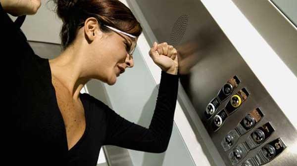 5 cách thoát hiểm khi bị kẹt trong thang máy